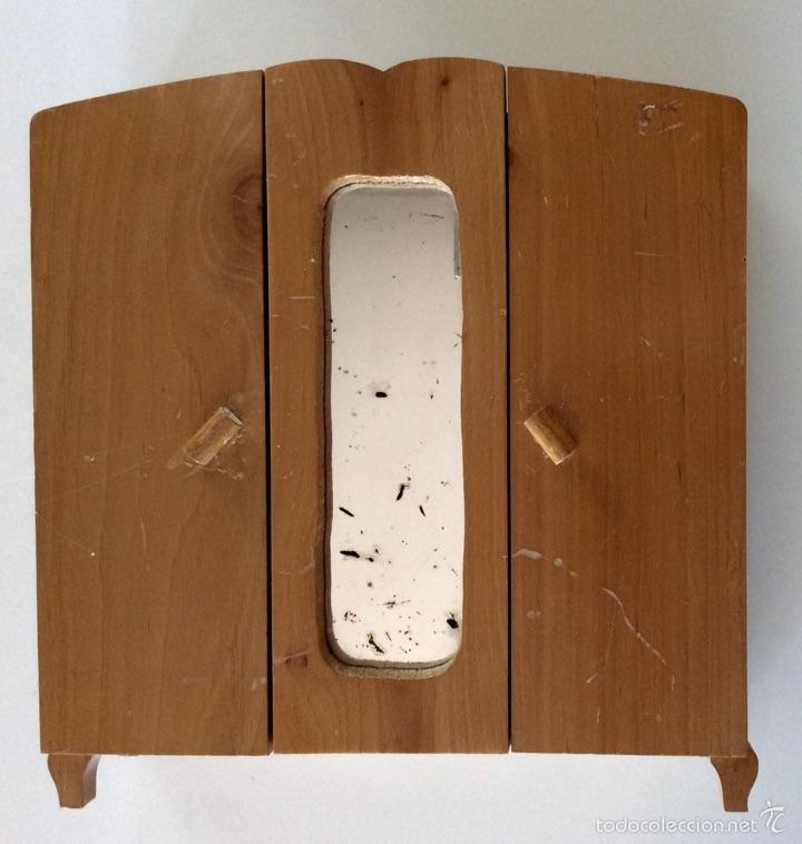 Vestidos Muñeca Española Clásica: Armario muñeca realizado artesanalmente en madera en los años 60. Mide 30x28x9.5cm - Foto 2 - 56979117
