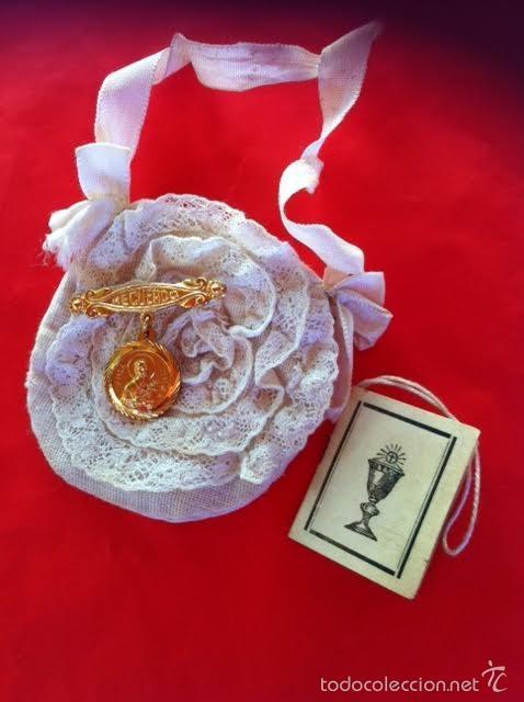 Vestidos Muñeca Española Clásica: Lote Bolso comunion limosnera , medalla aguja y librito Mariquita Pérez o Gisela años 40 - Foto 3 - 58672174