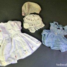 Vestidos Muñeca Española Clásica: 2 VESTIDOS MUÑECA Y DOS GORROS CAPOTA GANCHILLO AÑOS 50. Lote 63115616
