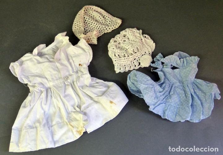 Vestidos Muñeca Española Clásica: 2 vestidos muñeca y dos gorros capota ganchillo años 50 - Foto 2 - 63115616