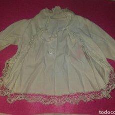 Vestidos Muñeca Española Clásica: BATÓN O CAMISOLA MUY ANTIGUA EN PIQUÉ Y PUNTILLAS PPIOS SIGLO XX ENCONTRADA EN ANTIGUO BAÚL. Lote 79219034