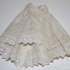 Vestidos Muñeca Española Clásica: CAPA PARA MUÑECA. ALGODÓN Y ENCAJE. ESPAÑA. PRINC. S. XX. Lote 79888693
