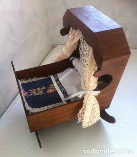 Vestidos Muñeca Española Clásica: Cuna balancin para muñeca muñeco antiguacon cabezal cubierto y ajuar altura30cmx25,50ancho - Foto 3 - 80071305