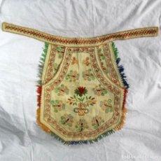 Vestidos Muñeca Española Clásica: MANDIL O FALDRIQUERA DE MUÑECA GRANDE PARA TRAJE REGIONAL BORDADOS HECHOS A MANO. Lote 170859394