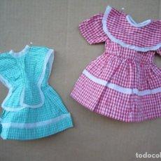 Vestidos Muñeca Española Clásica: DOS VESTIDOS ARTESANALES A CUADROS DE MUÑECA - UNO ROJO Y OTRO VERDE - ROPA VICHY ALGODON. Lote 93202020