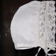 Vestidos Muñeca Española Clásica: GORRITO BEBE EN BATISTA BLANCA Y PUNTA. Lote 95067099
