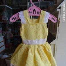 Vestidos Muñeca Española Clásica: VESTIDO PARA MUÑECA GÜENDOLINA AMARILLO CON BORDADO SUIZO. Lote 110701051