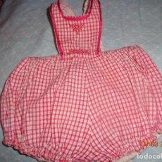 Vestidos Muñeca Española Clásica: MUY BONITO PETO DE JUANIN BEBE, A CUADRITOS, BIEN CONSERVADO. Lote 114371391
