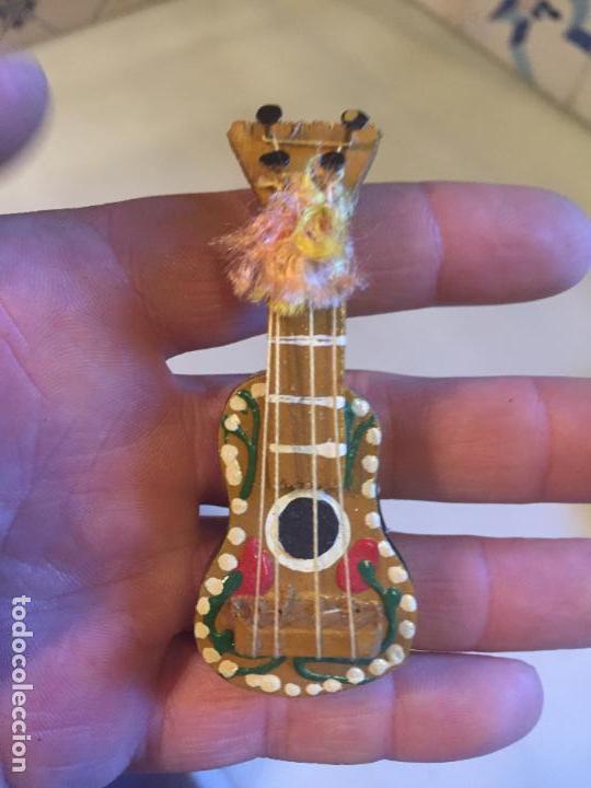 Vestidos Muñeca Española Clásica: Antigua figura de madera en miniatura de guitarra años 60-70 - Foto 2 - 150596658
