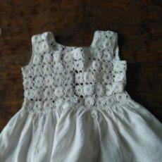 Vestidos Muñeca Española Clásica: PRECIOSO VESTIDO BLANCO PARA MUÑECA GRANDE. MIDE 30 CM. Lote 151902846