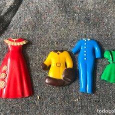 Vestidos Muñeca Española Clásica: LOTE VESTIDOS ROPA PARA MUÑECA PLANA TIPO RECORTABLE , MUY ANTIGUOS . Lote 154393810