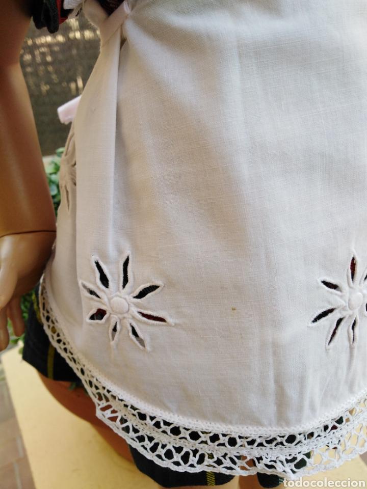 Vestidos Muñeca Española Clásica: Delantal para muñeca vintage o mandil de los 60 bordado y con puntilla hecha a mano,-- 5 - Foto 3 - 154497805