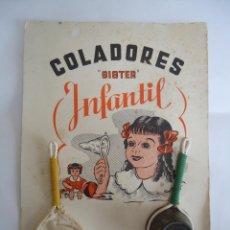 Vestidos Muñeca Española Clásica: BLISTER CON COLADORES SISTER INFANTIL. PARA CASA DE MUÑECAS. AÑOS 40. --- 3. Lote 163824606