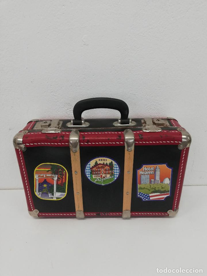 Vestidos Muñeca Española Clásica: Antigua maleta para muñecas, de carton piedra y madera. Años 60-70. Color rojo. Vintage. - Foto 2 - 171785985