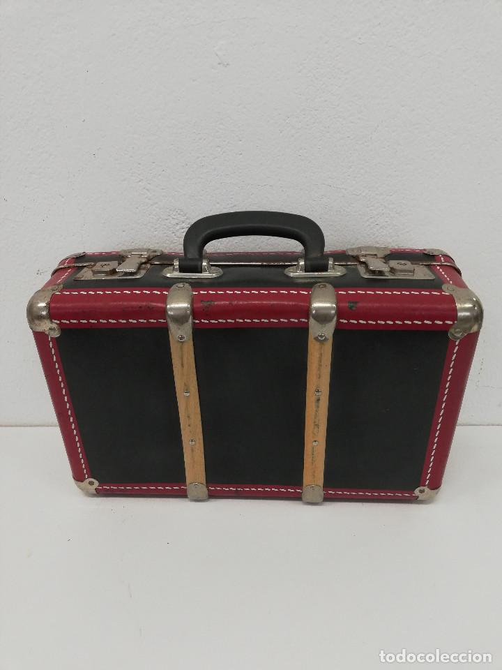 Vestidos Muñeca Española Clásica: Antigua maleta para muñecas, de carton piedra y madera. Años 60-70. Color rojo. Vintage. - Foto 3 - 171785985