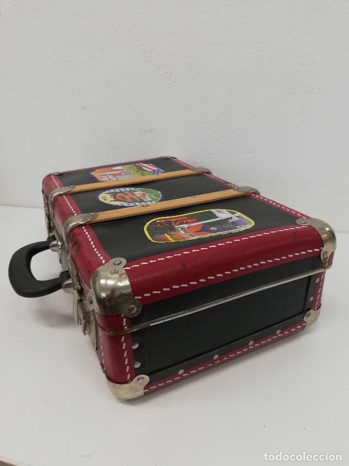 Vestidos Muñeca Española Clásica: Antigua maleta para muñecas, de carton piedra y madera. Años 60-70. Color rojo. Vintage. - Foto 4 - 171785985