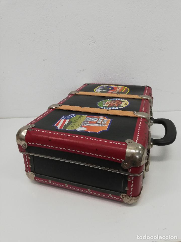 Vestidos Muñeca Española Clásica: Antigua maleta para muñecas, de carton piedra y madera. Años 60-70. Color rojo. Vintage. - Foto 5 - 171785985