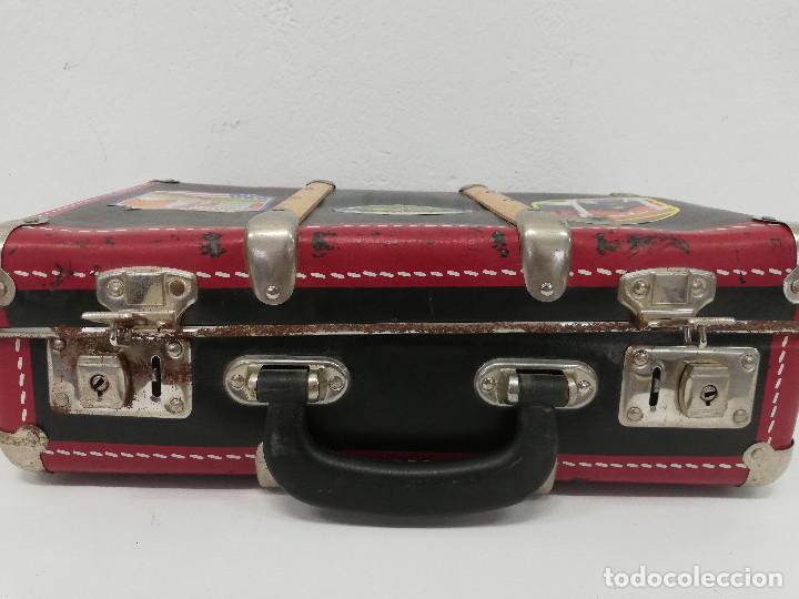 Vestidos Muñeca Española Clásica: Antigua maleta para muñecas, de carton piedra y madera. Años 60-70. Color rojo. Vintage. - Foto 7 - 171785985