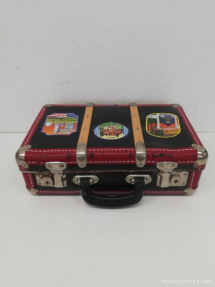 Vestidos Muñeca Española Clásica: Antigua maleta para muñecas, de carton piedra y madera. Años 60-70. Color rojo. Vintage. - Foto 9 - 171785985