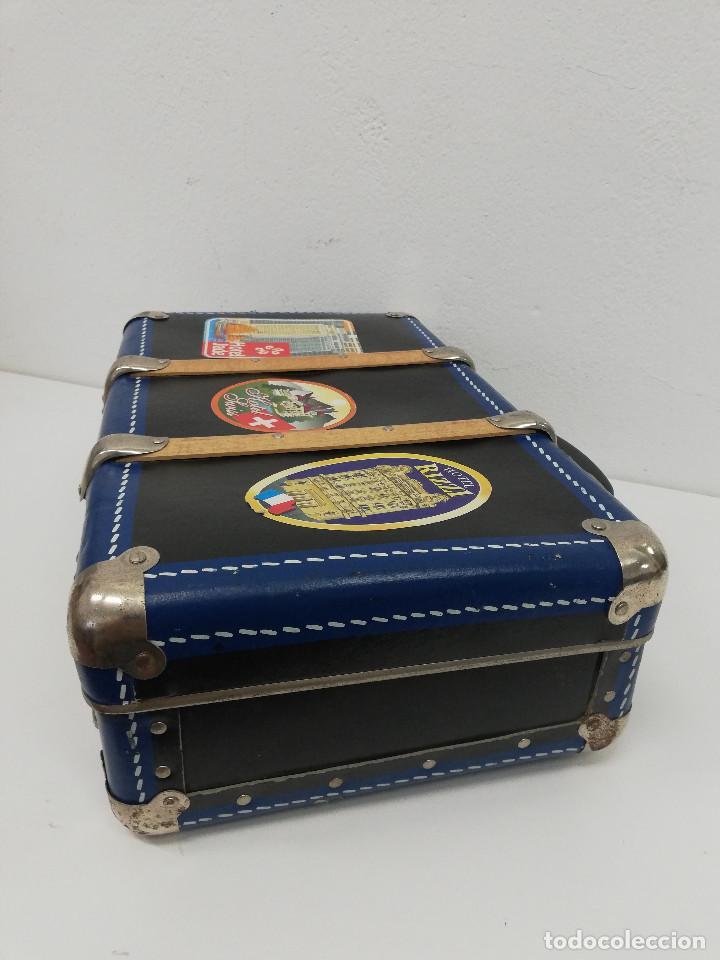 Vestidos Muñeca Española Clásica: Antigua maleta para muñecas, de carton piedra y madera. Años 60-70. Color azul. Vintage. - Foto 5 - 171786293