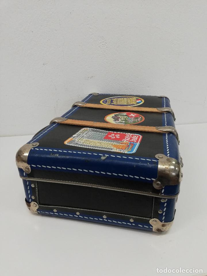 Vestidos Muñeca Española Clásica: Antigua maleta para muñecas, de carton piedra y madera. Años 60-70. Color azul. Vintage. - Foto 6 - 171786293