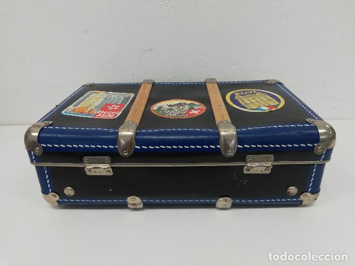 Vestidos Muñeca Española Clásica: Antigua maleta para muñecas, de carton piedra y madera. Años 60-70. Color azul. Vintage. - Foto 7 - 171786293