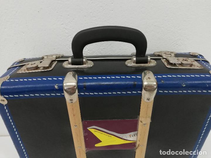 Vestidos Muñeca Española Clásica: Antigua maleta para muñecas, de carton piedra y madera. Años 60-70. Color azul. Vintage. - Foto 9 - 171786293