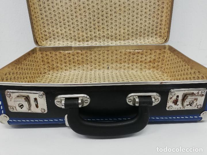 Vestidos Muñeca Española Clásica: Antigua maleta para muñecas, de carton piedra y madera. Años 60-70. Color azul. Vintage. - Foto 11 - 171786293