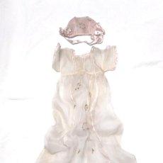 Vestidos Muñeca Española Clásica: VESTIDO Y GORRO DE ORGANZA Y SEDA PARA MUÑECA AÑOS 40, NO JUGADO RESTO TIENDA. MED 16 CM HOMBROS. Lote 183541722