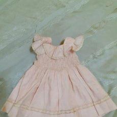 Vestidos Muñeca Española Clásica: VESTIDO TIPO VIVIANA ROSA CON BOTONES POR DETRAS (127). Lote 184340787