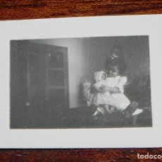 Vestidos Muñeca Española Clásica: FOTOGRAFIA DE NIÑA CON SU MUÑECA, JUANIN BEBE, AÑOS 50, MIDE 5 X 4 CMS.. Lote 188536600