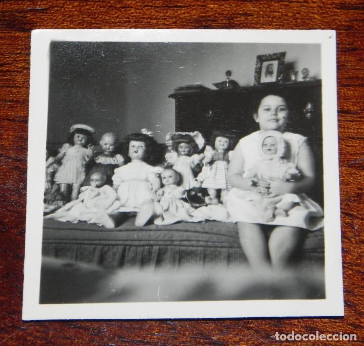 FOTOGRAFIA DE NIÑA CON SUS MUÑECAS, MARIQUITA PEREZ, GISELA, CAYETANA, JUANIN BEBE, AÑOS 50, MIDE 6 (Juguetes - Vestidos y Accesorios Muñeca Española Clásica (Hasta 1960) )