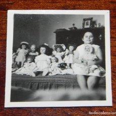 Vestidos Muñeca Española Clásica: FOTOGRAFIA DE NIÑA CON SUS MUÑECAS, MARIQUITA PEREZ, GISELA, CAYETANA, JUANIN BEBE, AÑOS 50, MIDE 6 . Lote 188536837