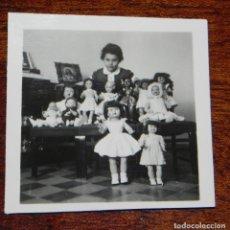 Vestidos Muñeca Española Clásica: FOTOGRAFIA DE NIÑA CON SUS MUÑECAS, MARIQUITA PEREZ, GISELA, CAYETANA, JUANIN BEBE, AÑOS 50, MIDE 6 . Lote 188537163