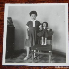 Vestidos Muñeca Española Clásica: FOTOGRAFIA DE NIÑA CON SU MUÑECA MILI DE FLORIDO, AÑOS 50, MIDE 6 X 6 CMS.. Lote 188537583