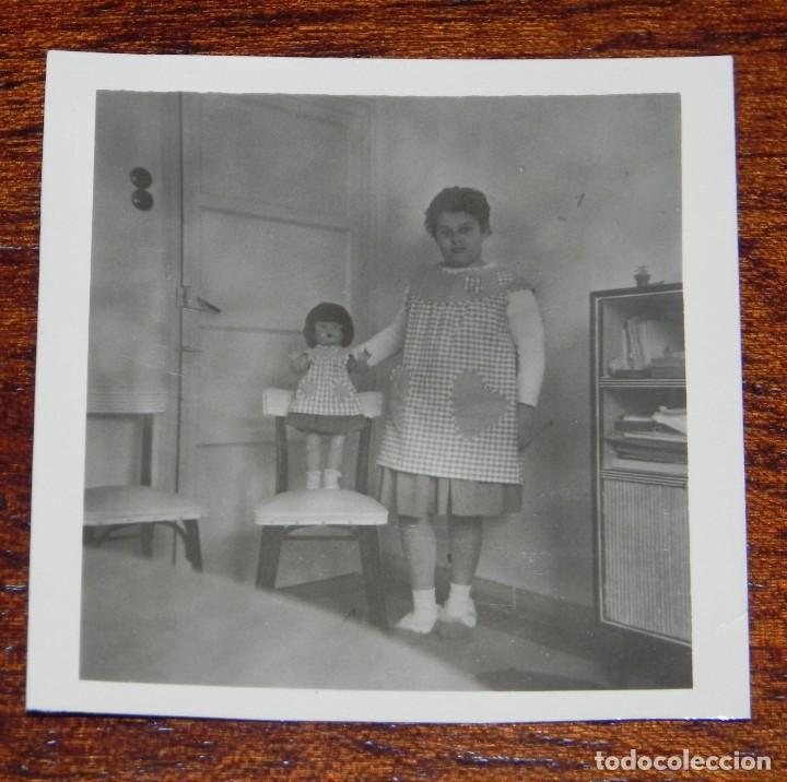 FOTOGRAFIA DE NIÑA CON SU MUÑECA MILI DE FLORIDO, AÑOS 50, MIDE 6 X 6 CMS. (Juguetes - Vestidos y Accesorios Muñeca Española Clásica (Hasta 1960) )