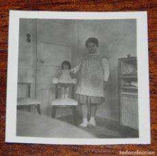 Vestidos Muñeca Española Clásica: FOTOGRAFIA DE NIÑA CON SU MUÑECA MILI DE FLORIDO, AÑOS 50, MIDE 6 X 6 CMS.. Lote 188537621