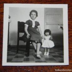 Vestidos Muñeca Española Clásica: FOTOGRAFIA DE NIÑA CON SU MUÑECA MILI DE FLORIDO, AÑOS 50, MIDE 6 X 6 CMS.. Lote 188537728
