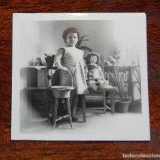Vestidos Muñeca Española Clásica: FOTOGRAFIA DE NIÑA CON SU MUÑECA MILI DE FLORIDO, AÑOS 50, MIDE 6 X 6 CMS.. Lote 188538128