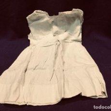 Vestidos Muñeca Española Clásica: ANTIGUO VESTIDO PARA MUÑECA COLOR VERDE SIN MANGAS BOTON PUNTILLA 30X22 CM. Lote 191895875