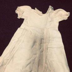 Vestidos Muñeca Española Clásica: VESTIDO LARGO GUATA MUÑECA CLASICA ESPAÑOLA O EXTRANJERA PUNTILLA TUL BOTÓN TRASERO 32X27CMS. Lote 192985250