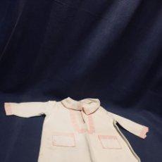 Vestidos Muñeca Española Clásica: CHAQUETA VESTIDO MUÑECA ESPAÑOLA CUELLO GANCHILLO CALIDAD CLASICA PPIO S XX 42CM. Lote 193331508