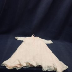 Vestidos Muñeca Española Clásica: VESTIDO GASA SEDA PUNTILLA MUÑECA ESPAÑOLA CLASICA PPIO S XX 43CM. Lote 193332896