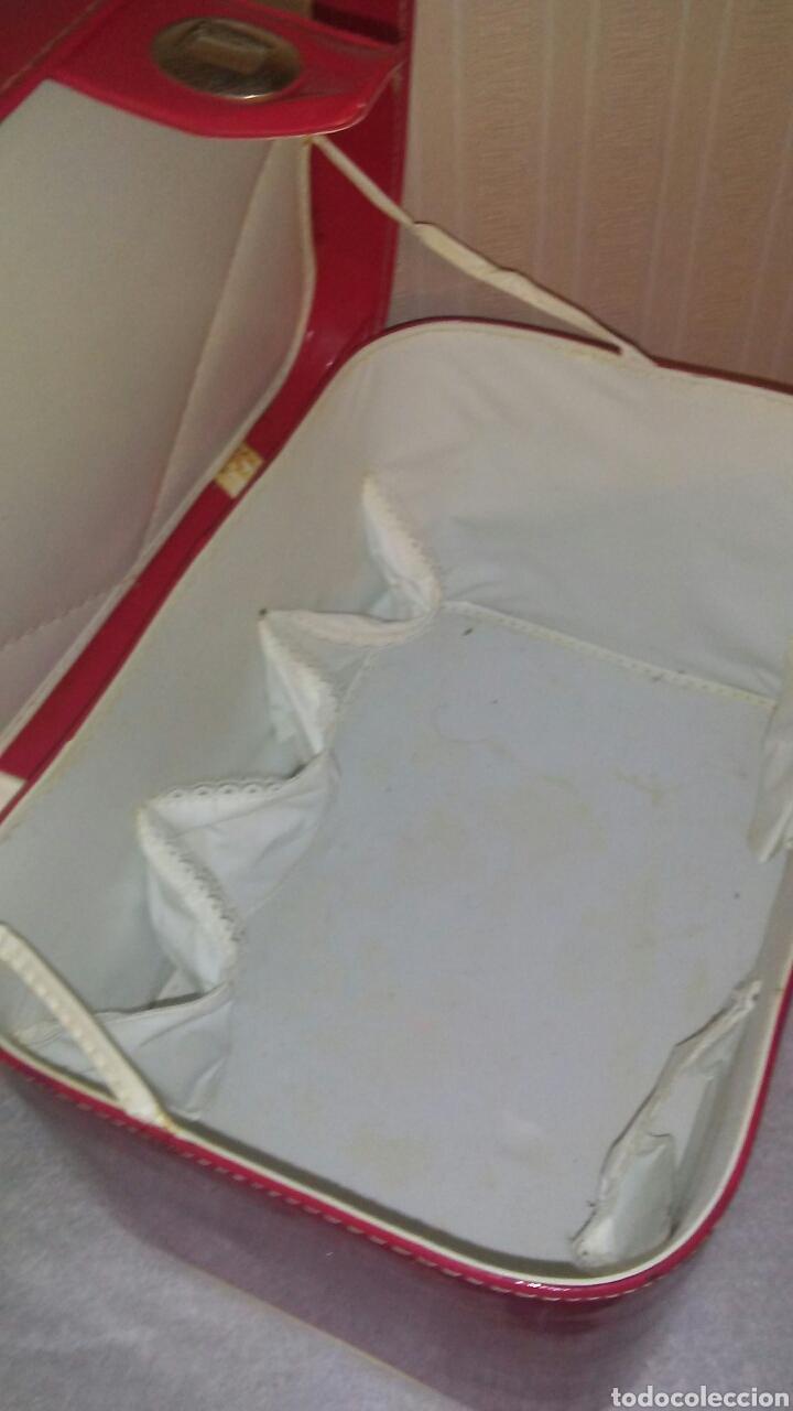 Vestidos Muñeca Española Clásica: Maletin neceser de bebe ,mide 32x22 x20,de plastico acharolado ,es de 1965(ver fotos). - Foto 6 - 194883297
