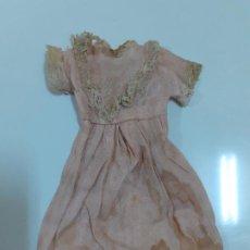 Vestidos Muñeca Española Clásica: VESTIDO ROSA MUY ANTIGUO CON ENCAJE (CA1079). Lote 195190782