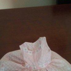 Vestidos Muñeca Española Clásica: VESTIDITO DE MUÑECA CAYETANA DELGADA ,ES DE PERCAL ROSA Y ADORNOS DE TAPACOSTURAS BORDO,. Lote 212704456