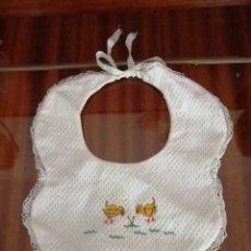 Vestidos Muñeca Española Clásica: BABERO PIQUE PATITOS PARA MUÑECO. Lote 213324962