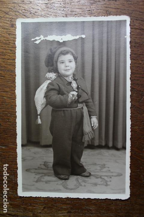 ANTIGUA FOTO DE NIÑO CON TRAJE SALOIO DE VILA FRANCA DE XIRA - AÑO 1954 - PORTUGAL (Juguetes - Vestidos y Accesorios Muñeca Española Clásica (Hasta 1960) )