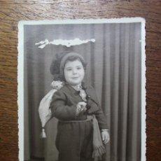Vestidos Muñeca Española Clásica: ANTIGUA FOTO DE NIÑO CON TRAJE SALOIO DE VILA FRANCA DE XIRA - AÑO 1954 - PORTUGAL. Lote 224791857