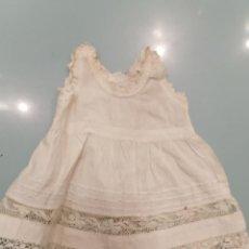 Vestidos Muñeca Española Clásica: VESTIDO HECHO A MANO PUNTA DE BOLILLO AÑOS 1900 (139). Lote 226635740